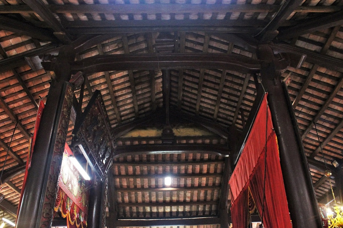 The roof is designed in the 'Tu Hai' (Four Oceans) style often found in the old architecture of the southern region.