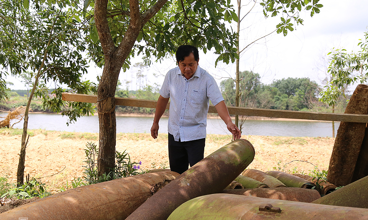 Tran Cong Chuc stands next to the bomb husks, remnants of the Vietnam War, he collected in Quang Tri Province. Photo by VnExpress/Hoang Tao.