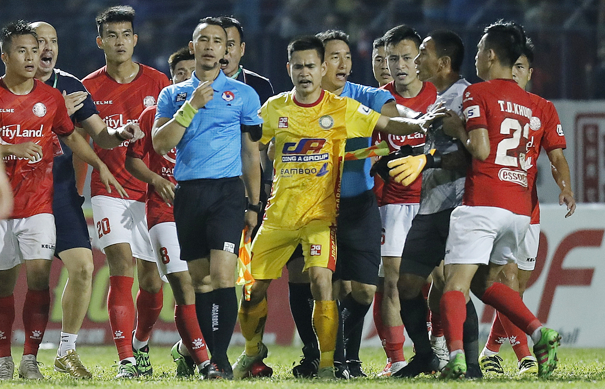 HCMC FC players surround the referees after the V. League match with Thanh Hoa FC on April 12, 2021. Photo by VnExpress/Lam Thoa.