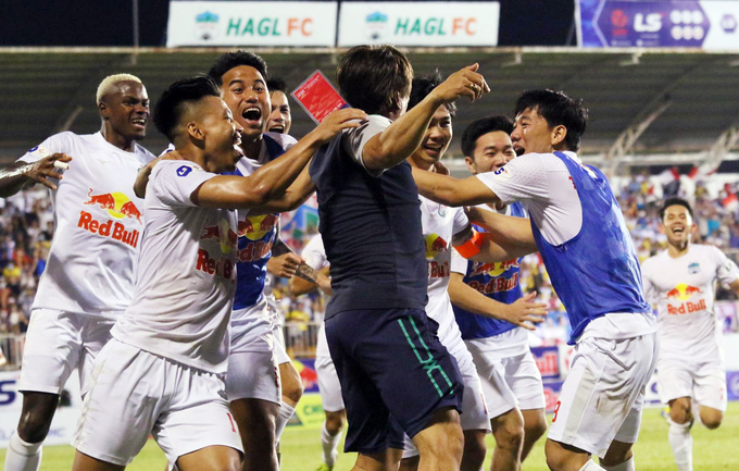 Hoang Anh Gia Lai players celebrate the intense win against Nam Dinh FC in the V. League match on April 12, 2021. Photo by VnExpress/Dong Huyen.