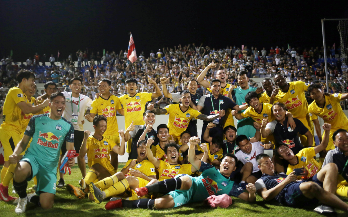 Hoang Anh Gia Lai players celebrate the victory over SHB Da Nang on April 8, 2021. Photo by VnExpress/Duc Dong.