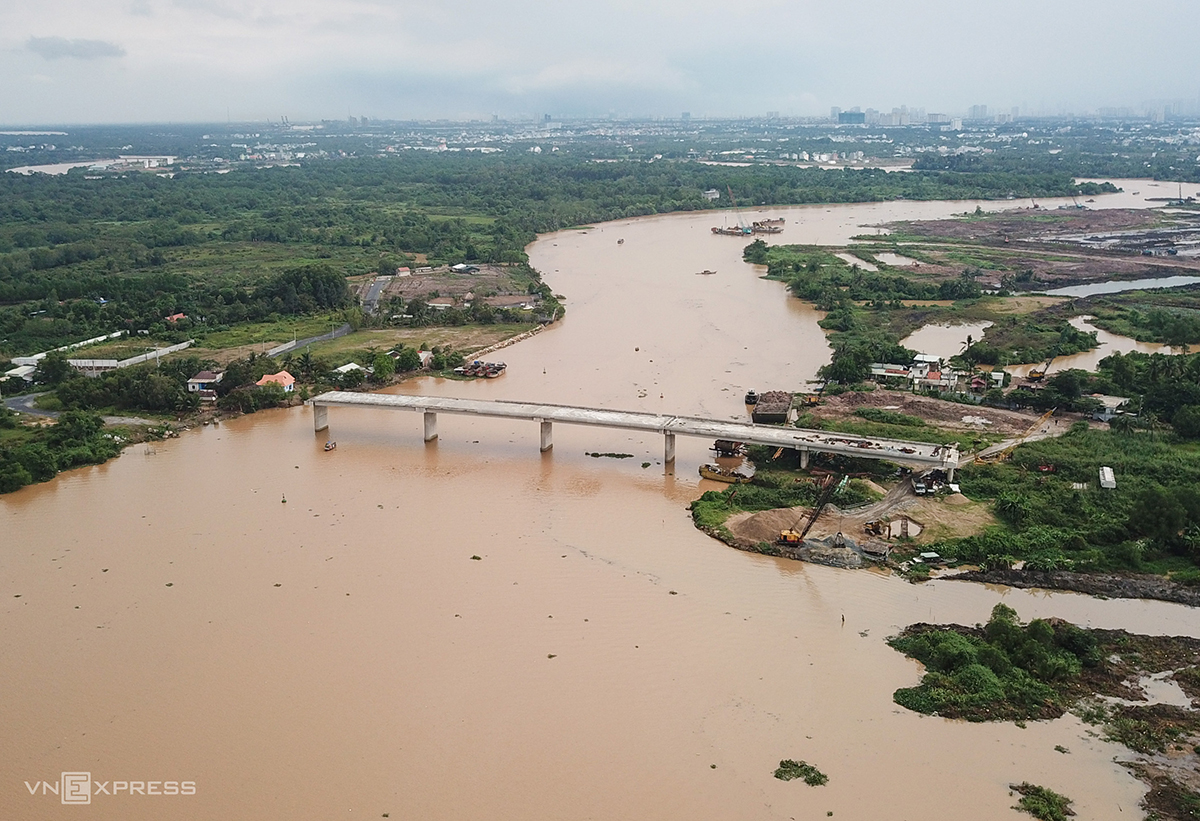 Long Dai Bridge across the Tac River, a tributary of the Dong Nai River, was built in March 2017 at the cost of VND353 billion and for completion in two years. By now, its progress has reached just more than 50 percent as all the construction work has stopped since December, 2018.