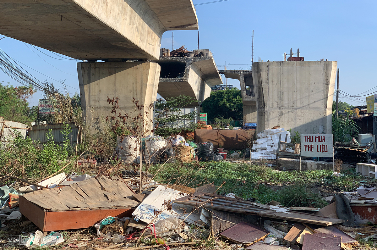 Areas beneath the bridge have been turned into landfills.Tardiness in compensating affected households has led the problems in clearing site for the rest of the project. It is because the HCMC's Department of Natural Resources and the city administration have yet to approve the compensation costs. For this issue, the authorities of Thu Duc City have proposed higher authorities to soon approve the compensation, promising that once that approval is made, Thu Duc will offer clean land plots for the project within six months.