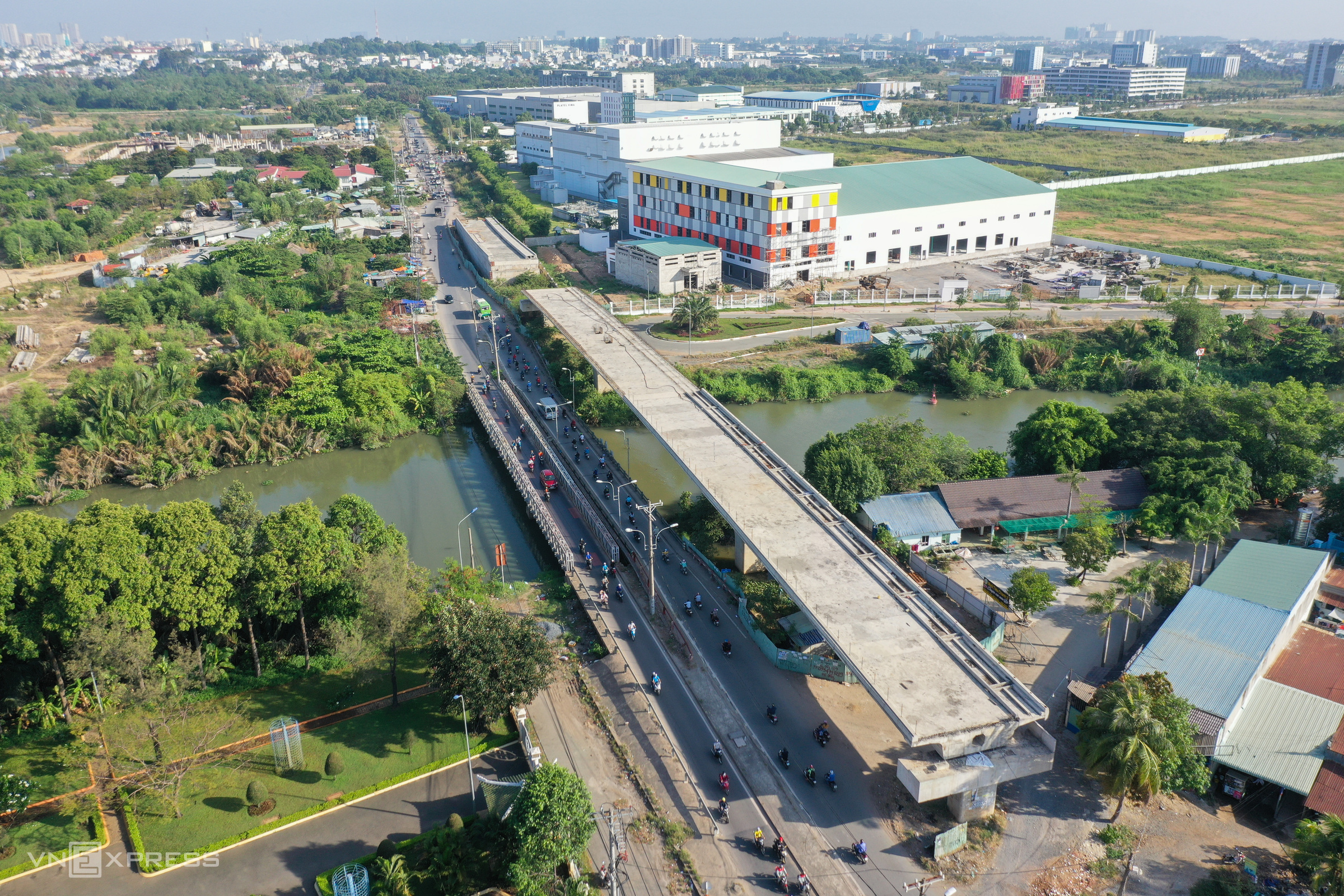 Six kilometers from Nam Ly, Tang Long Bridge on La Xuan Oai Street has been built since 2017 to span 680 meters across the Trau Trau Canal to replace an old, downgraded one nearby.