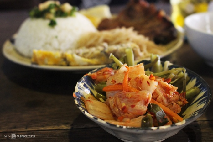 A bowl of kimchi and a dish of broken rice at the café. Photo by VnExpress/Huynh Nhi.