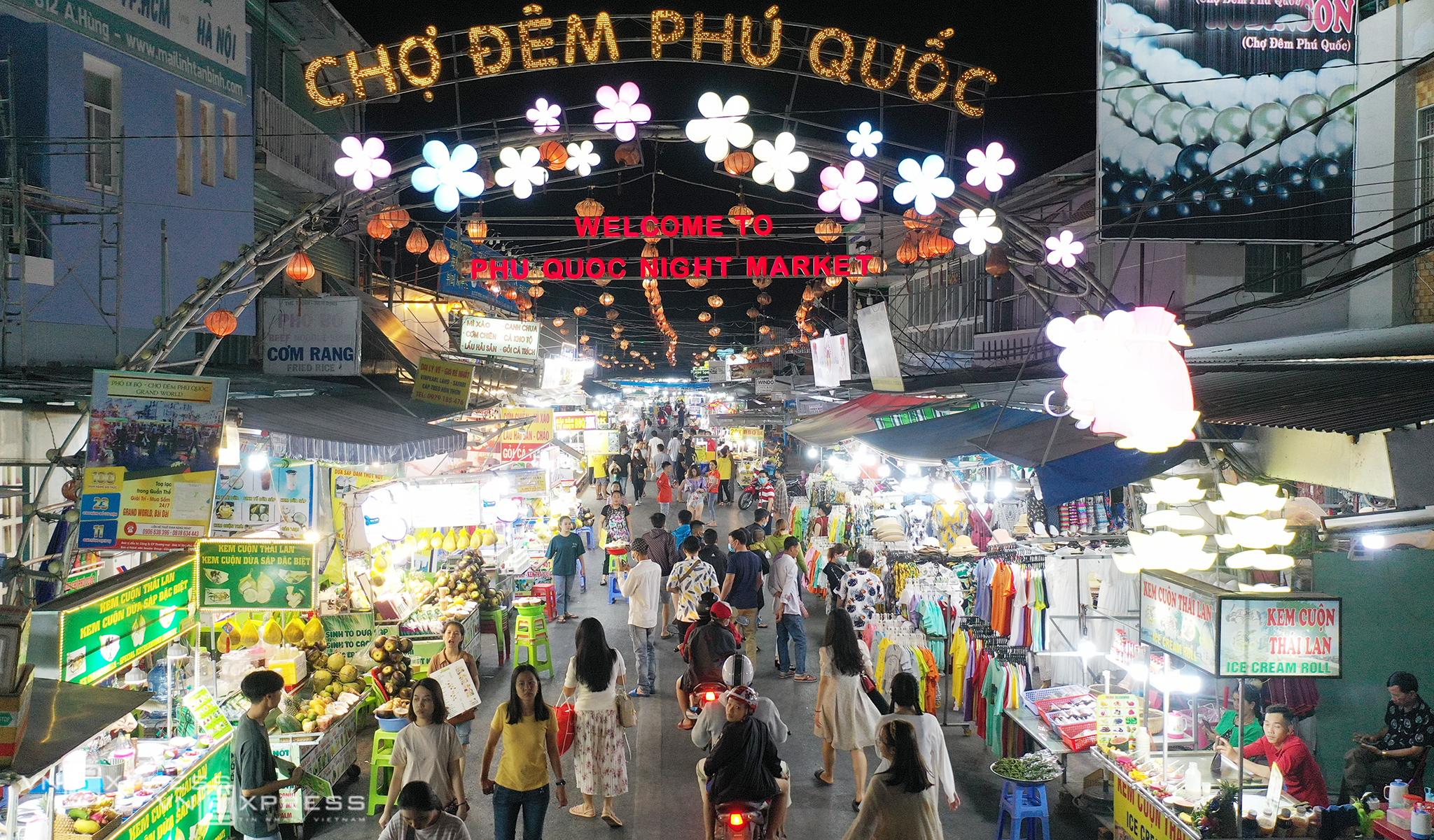 People walk at Phu Quoc night market, Janauary 2021. Photo by VnExpress/Ngoc Thanh.