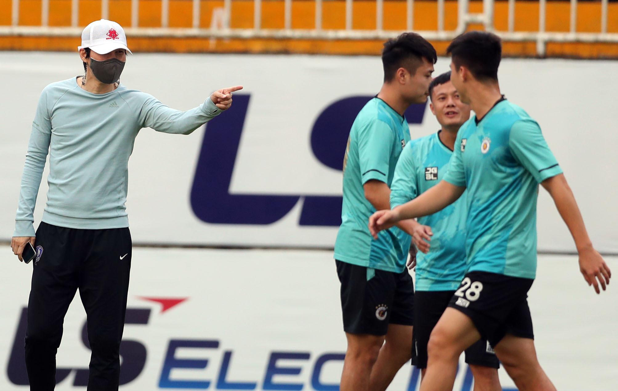 박정건 (왼쪽)이 2021 년 4 월 17 일 훈련 중 하노이 풋볼 클럽 선수들을 안내하고있다. 사진 제공 : 엑스프레스 / 독동.