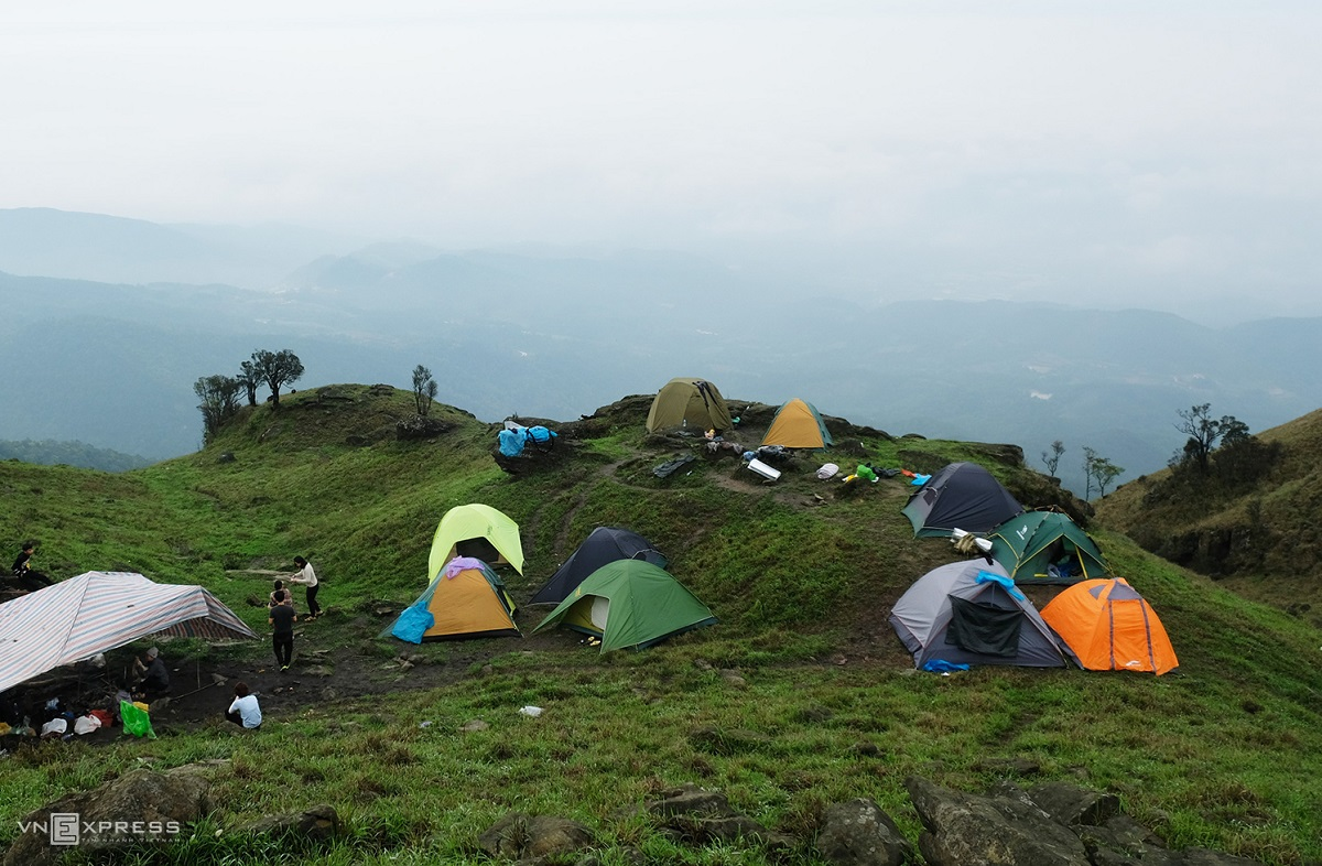 The journey from the foot of the mountain to the camping site takes about two to 2.5 hours. It may take longer for those who are not physically strong or for photography buffs.Tourists will stay here the night. At night, the temperature fluctuates from 19 to 22 degrees Celsius, with little or no significant rain. Tourists should bring an extra set of clothes and socks in case they get wet.