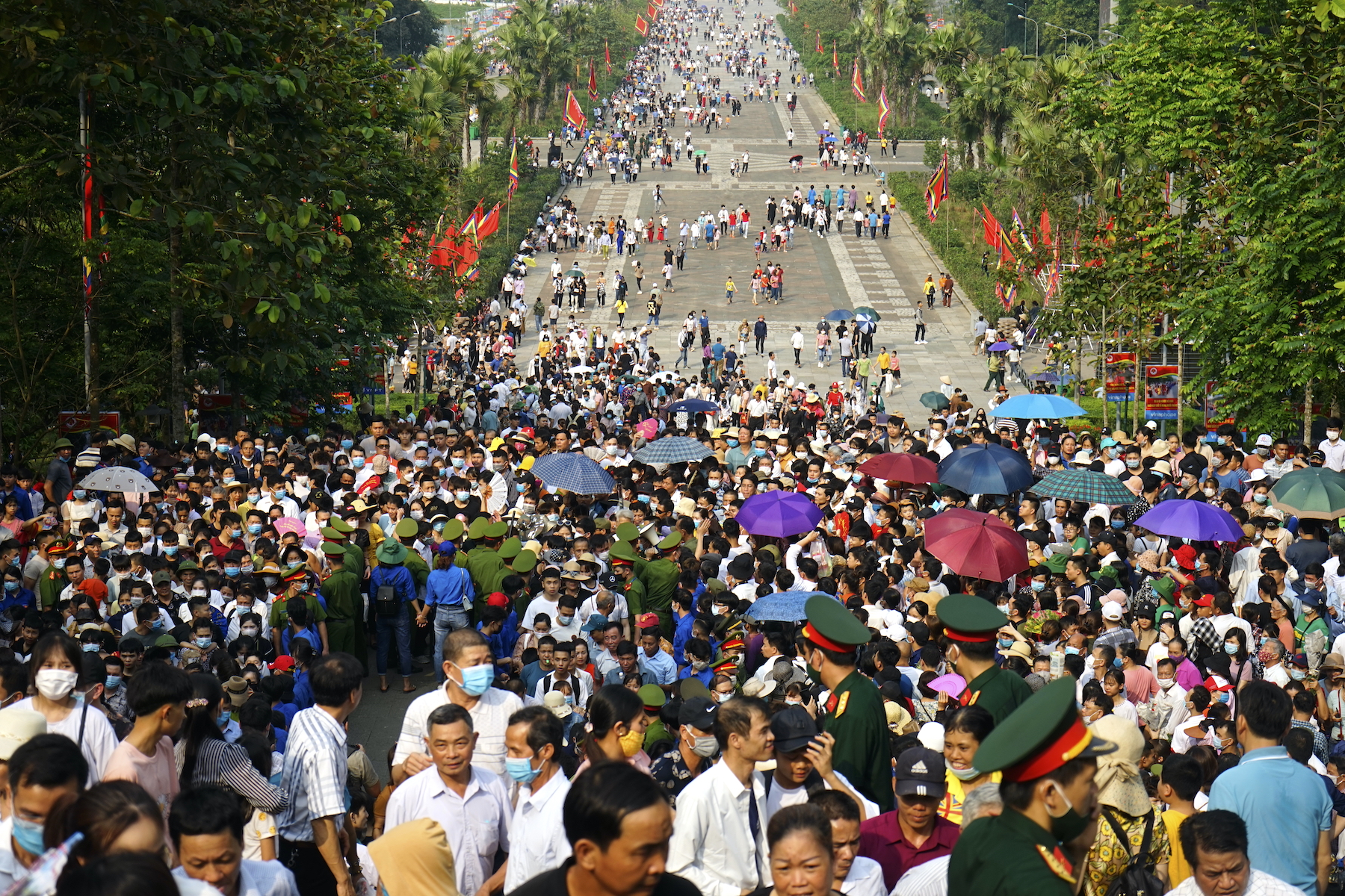 Thousands flock to worship Vietnam founding fathers