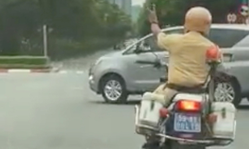 HCMC cop clears road for pregnant woman to reach hospital