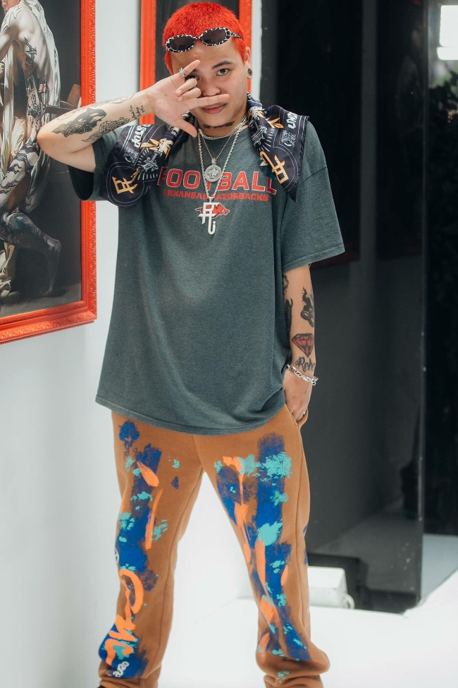 Ho Duc Anh combines colorful pants and sunglasses, and metal accessories. As an underground rapper, Anh registered for the second season of Rap Viet after some of his friends succeeded in the first season.