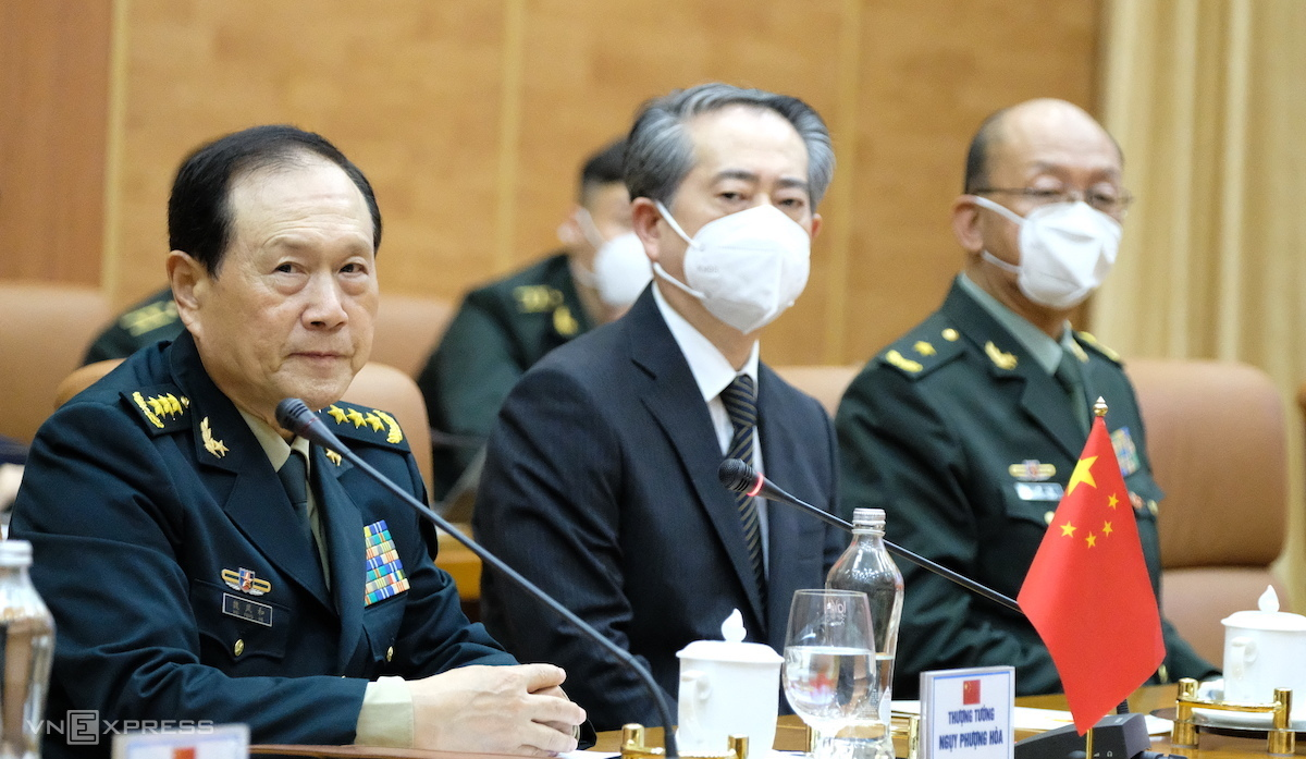 Chinese Defense Minister, Senior Lieutenant General Wei Fenghe (L) at the talk in Hanoi, April 25, 2021. Photo by VnExpress/Hoang Thuy.
