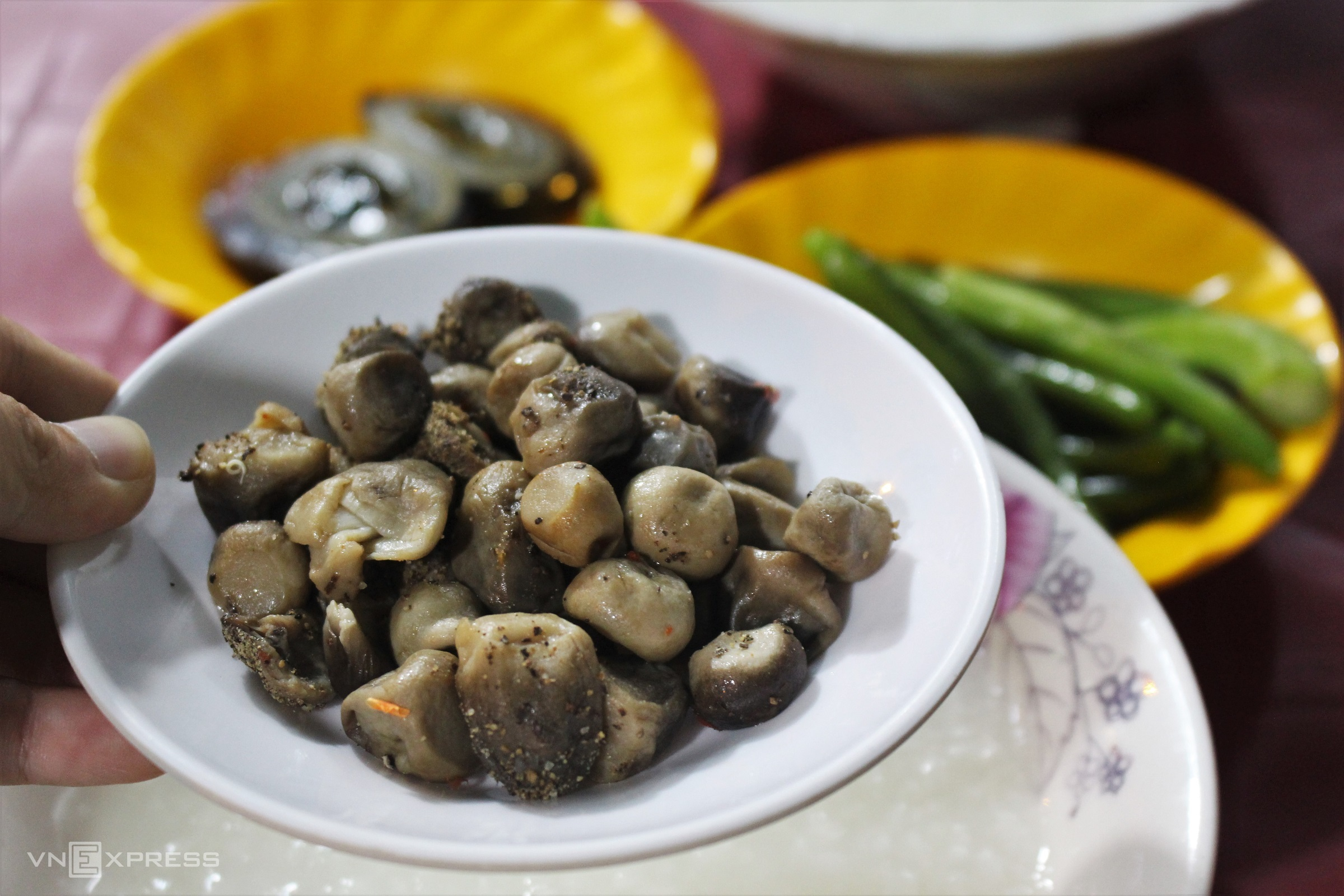 Braised mushroom with black pepper, steamed duck eggs with vegetable, string beans, stir-fried ladies' fingers and 2 white porridge portions are priced at VND 45,000 ($1,96). The dishes are well-seasoned and at a very economical price. Photo by VnExpress/Huynh Nhi.