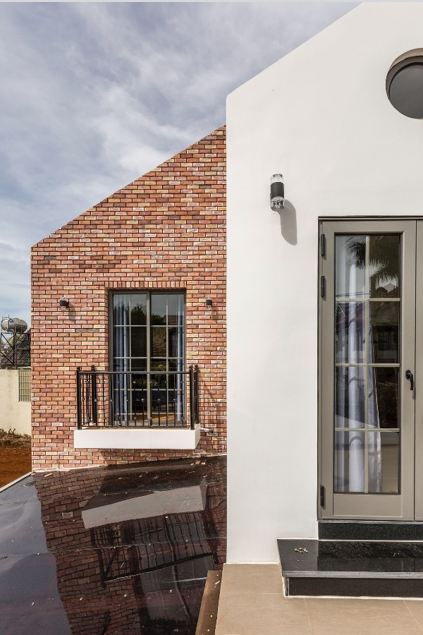 White paint and red bricks give the house an distinctive look.