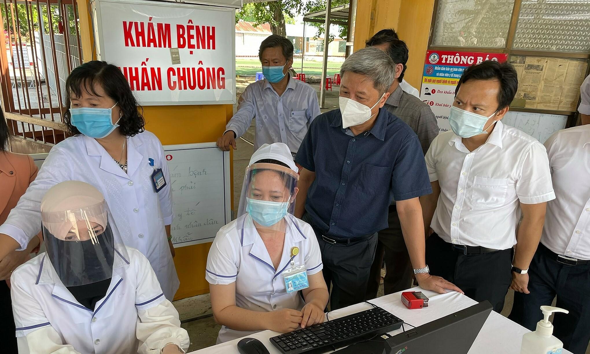 Ngày 26 tháng 4 năm 2021, Thứ trưởng Bộ Y tế Nguyễn Trung Sơn (2, R) kiểm tra các hoạt động liên quan đến công tác phòng chống bệnh Govt-19 tại khu vực biên giới thuộc tỉnh Qiang.  Ảnh của VnExpress / Tuấn Dũng