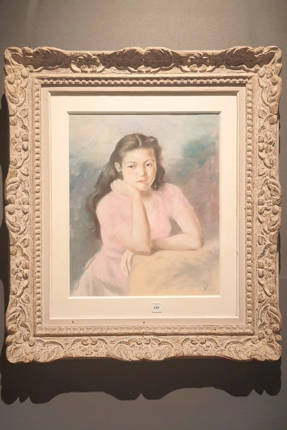 With two different spaces, the Retro exhibition introduces old artworks from several art collectors, and new contemporary works which draw inspiration from the past.  In this photo, Chan Dung Thieu Nu (Girl's Portrait) is a 44x36 cm painting created by artist Nguyen Luyen in 1950. It was bought from the Indochine Chapter 9 auction session in France in 2020.