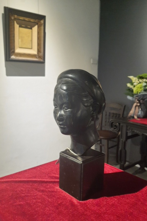 Tuong Dong Bien Hoa (Bien Hoa Bronze Statue) was bought from Sotheby's auction house in France.According to Vi, most artworks and artifacts at the exhibition were bought from leading auction houses across the globe and checked by many experts.  Some paintings have been kept by their creators' families.