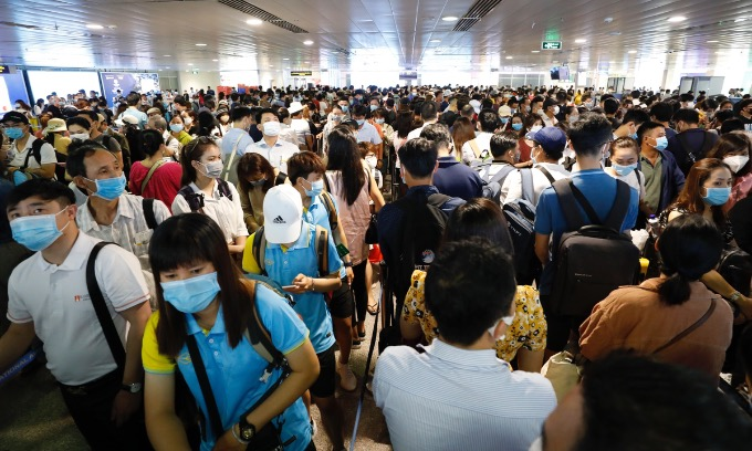 Saigons Tan Son Nhat Airport is packed with travelers, April 17, 2021. Photo by VnExpress/Huu Khoa.