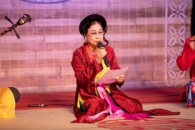 Artist Thanh Hoa performs The Tale of Kieu recitation. Photo by VnExpress/Hoa Nguyen.
