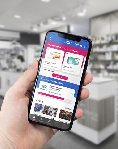 A man holds a smartphone with the POC Pharma application. Photo by POC Pharma