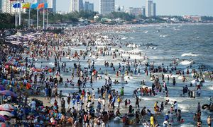 Vacationers shrug off Covid-19 threat, flock to tourist destinations