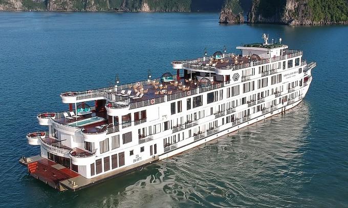 Cruise ship carrying 200 quarantined off Ha Long Town