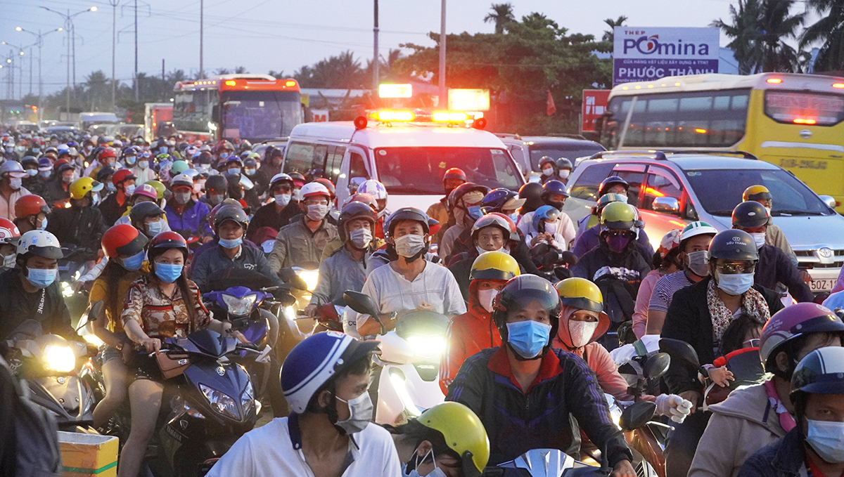 Traffic jams escalate as people return to HCMC post-holiday