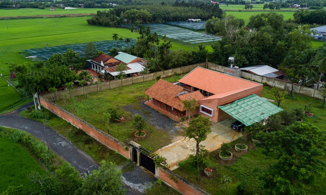The house, located on a 2,000-square-meter land plot at the border between Cu Chi District, Ho Chi Minh City and Tay Ninh Province, is surrounded by gardens with coconut trees and vast rice fields.
