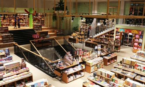 Bookstore chain reports loss in Q1