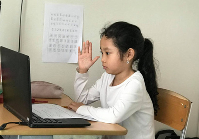 A Hanoi student attends online classes. Photo by VnExpress/HaiHien.