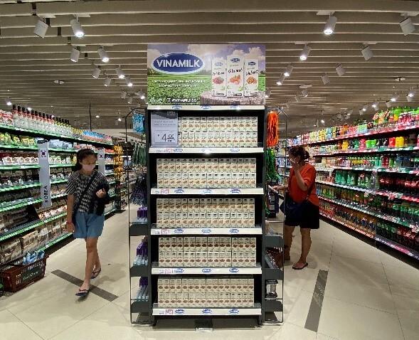 Các sản phẩm của Vinamilk được bày bán tại một siêu thị ở Singapore.