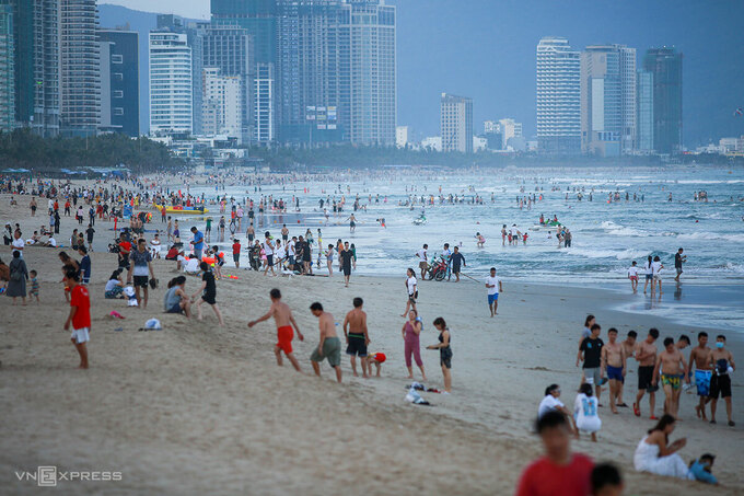 People flock to Da Nang beach April 29 2021. Photo by VnExpress/Nguyen Dong.