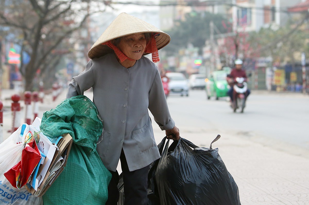 An old woman collects trash in Hanoi, February 2018. Photo by VnExpress/Ngoc Thanh.
