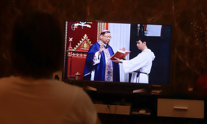 Vietnamese Catholics stream services online to curb pandemic