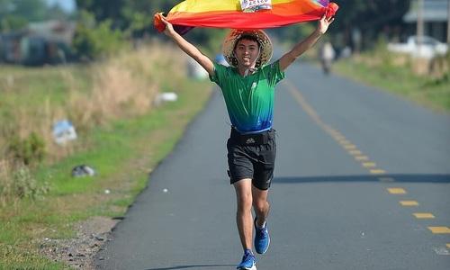 Marathon running barber bears LGBT standard