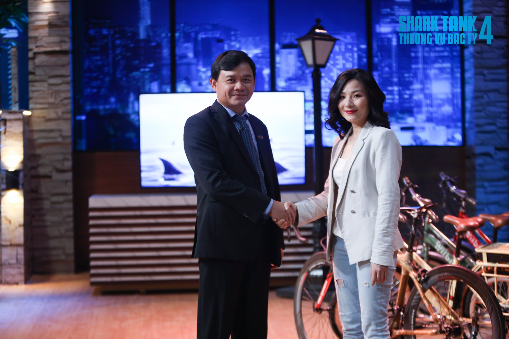 Nguyen Xuan Phu (L) and Nguyen Thi Thu Hang seal the deal in the second episode of Shark Tank Vietnam season 4. Photo courtesy of Shark Tank Vietnam.