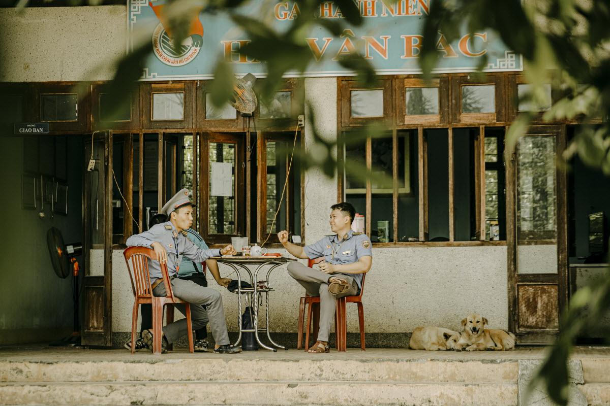 Staff at Hai Van Bac railway station chat and enjoy peaceful moments.