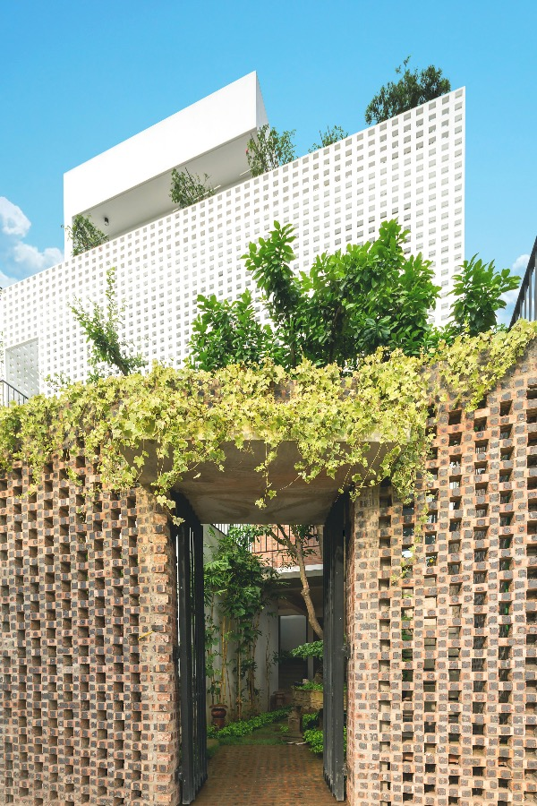 To ensure privacy and avoid dust, architects design a high fence like the base of the house, using raw red brick materials and techniques that creates an airy space to ventilate and get natural light for the entire first-floor space.