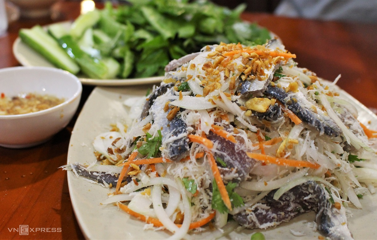 A herring salad to serve three people costs from VND120,000 ($5). It is served with herbs, cucumber slices, rice paper, and dipping sauce. Photo by VnExpress/Huynh Nhi.