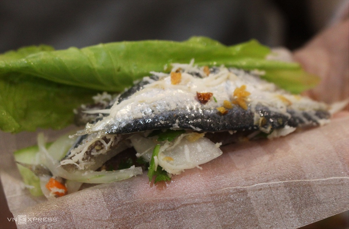 The herring used to make the salad are moderate in size and with the skin. Photo by VnExpress/Huynh Nhi.