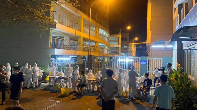 Medical staff take samples from Canon Vietnams workers in Bac Ninh Province for coronavirus tests on the night of May 11, 2021. Photo by VnExpress/Thanh Tung.