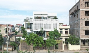 Hanoi house 'elevates' functional space to catch the sun