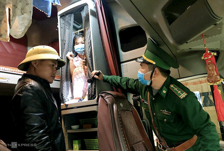 A woman was found hiding herself on a passenger bus from Laos to Vietnam in 2020. Photo by VnExpress/Duc Tri