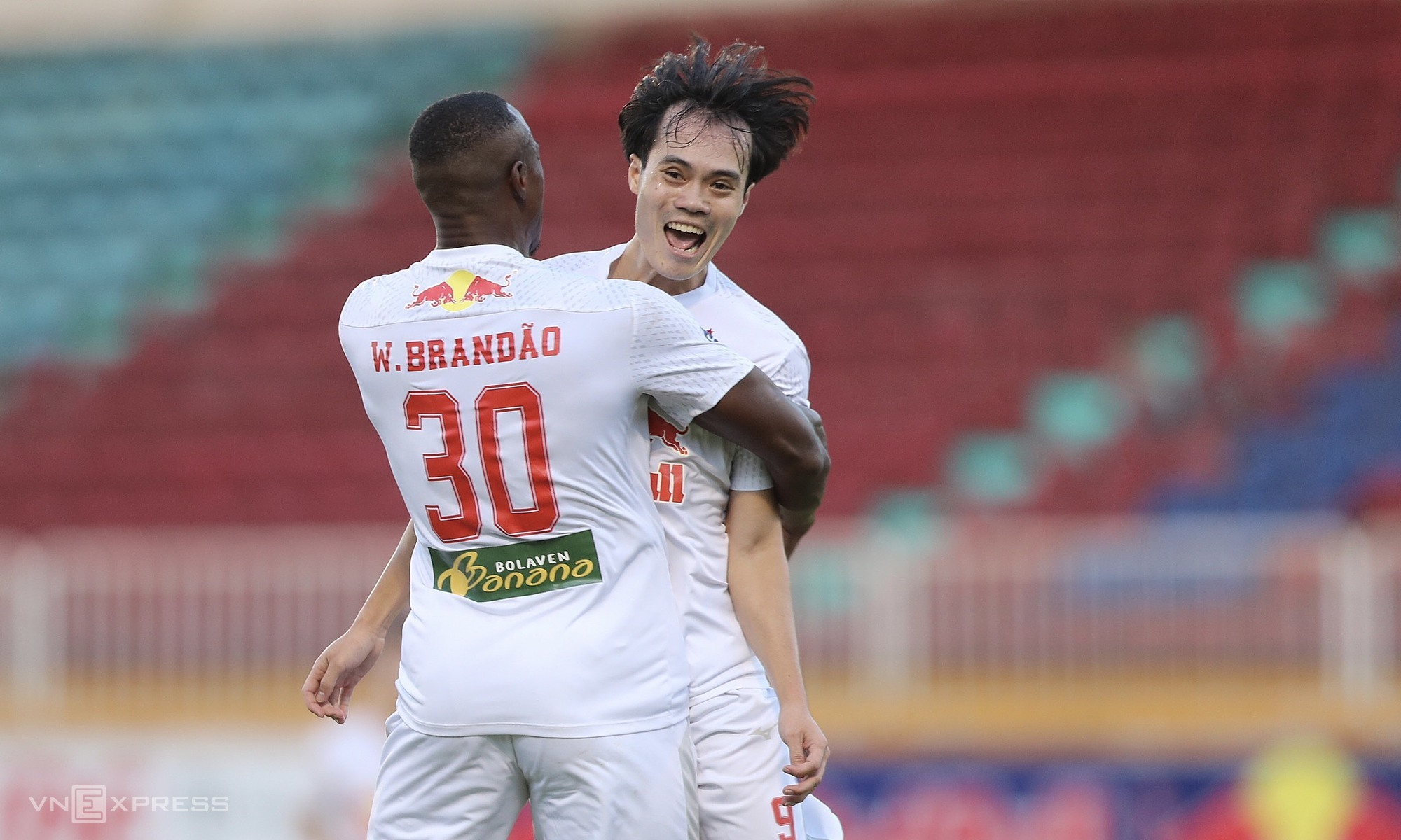 Nguyen Van Toan celebrates a goal with his teammate against Binh Duong on May 2, 2021. Photo by VnExpress/Duc Dong.