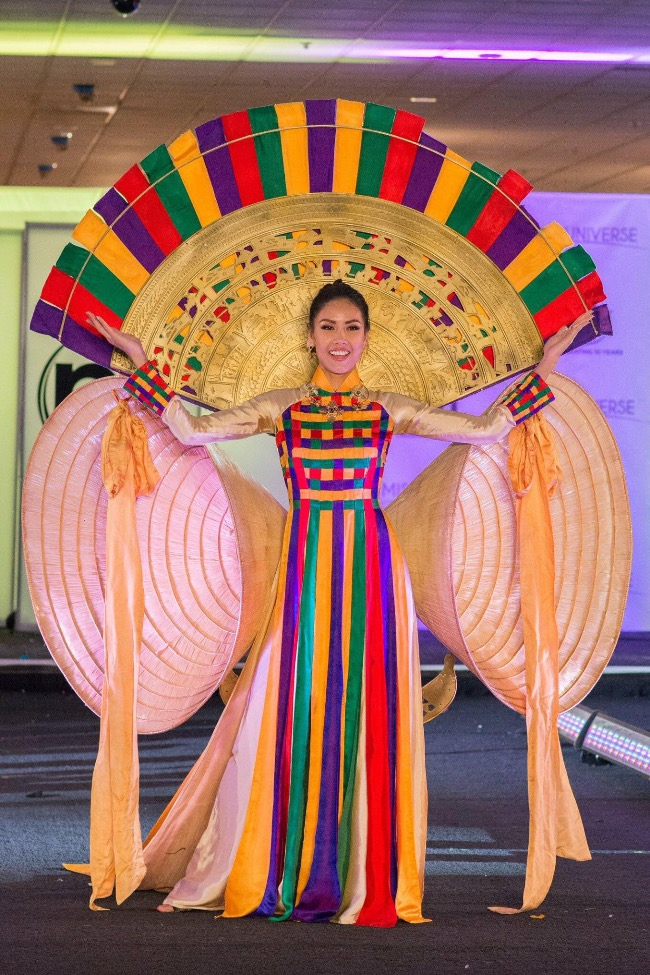 Since Miss Universe Vietnam organized a competition to pick the best national costume for the Vietnamese representative at the international beauty paegant, there have been a lot of ideas instead of traditional ao dai.In the photo, Nguyen Thi Loan attended Miss Universe 2017 with a colorful dress inspired by ao dai, adorned with giant conical hats that look like wings. Photo courtesy of Miss Universe Vietnam.