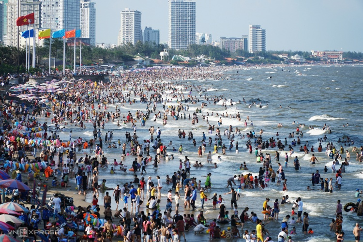 Thousands of people are in Bai Sau beach in Vung Tau province on their vacation on April 30, 2021. Photo by VnExpress: Truong Ha.