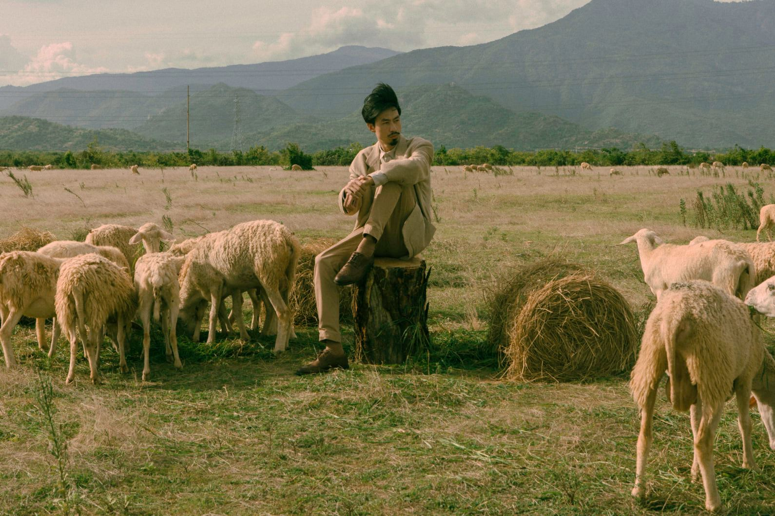 In the MV, directed by Thanh Dong, Den Vau plays a tree, witnessing the growth of a girl, who later becomes a woman and falls in love. Photo courtesy of Den Vau.