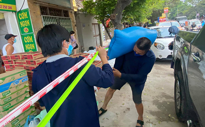 Food is gathered at the blockade fence in front of residential group 14 before being delivered to outpatient of K Hospital, Thanh Tri District, Hanoi. Photo by VnExpress/Do Nhung.