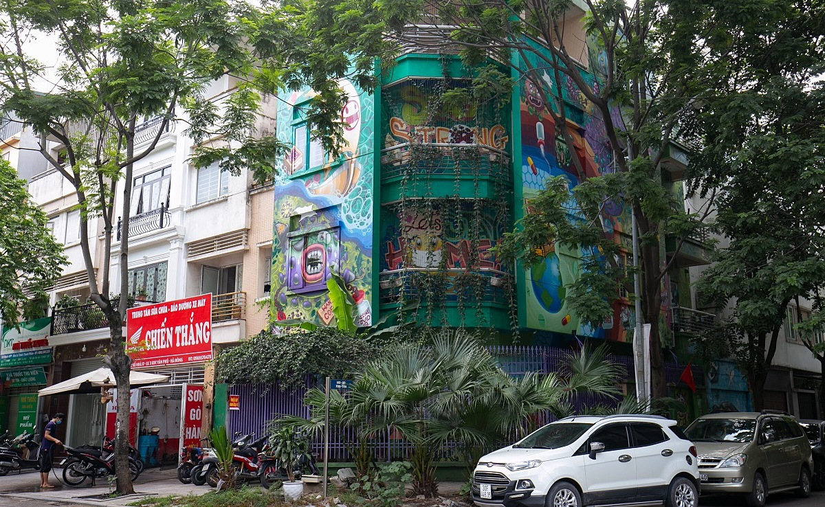 The four-floor villa, located in Hanoi's Ha Dong District, attracts people by its colorful paintings named Chung Tay Danh Bay Covid-19 (Fight against the Covid-19 together).