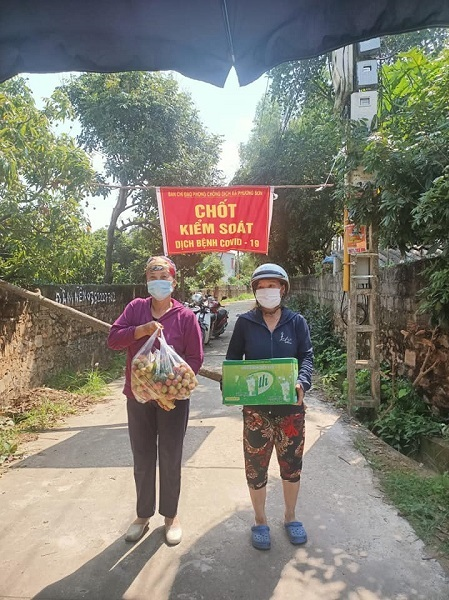 People in Phuong Son Commune bring fruit in their home garden, drinking water to support guards quarantine checkpoints. Photo by VnExpress/Ngoc Nhi.